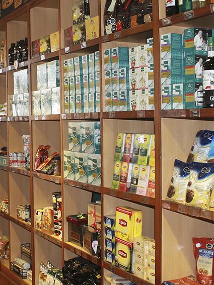 Estantería con productos en tienda Emporio Unisur