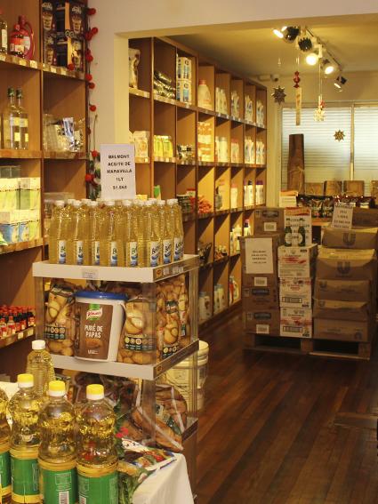 Aceite y otros productos en estanterías de la tienda Emporio Unisur